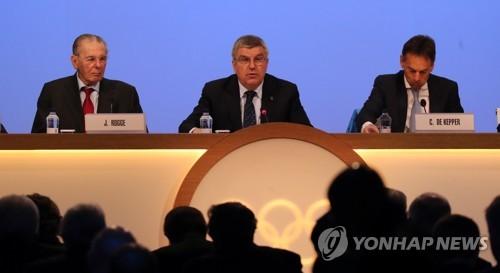 IOC総会で発言するバッハ会長(中央)=6日、平昌(聯合ニュース)