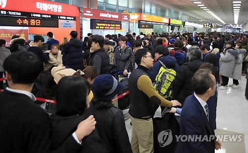 欠航や遅延の影響で混雑する済州空港=6日、済州(聯合ニュース)