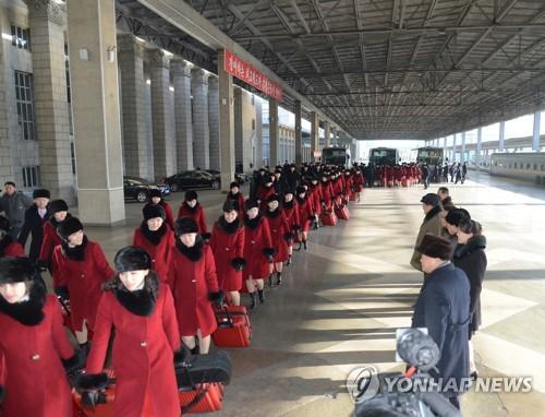 平壌を出発する北朝鮮芸術団(朝鮮中央通信=聯合ニュース)