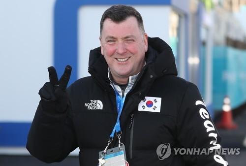 韓国代表のユニフォームを着たオーサー氏=6日、江陵(聯合ニュース)