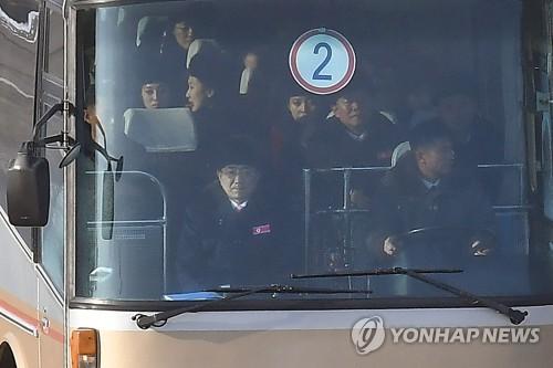 北朝鮮の応援団らを乗せたバスが韓国入りした=7日、都羅山(聯合ニュース)
