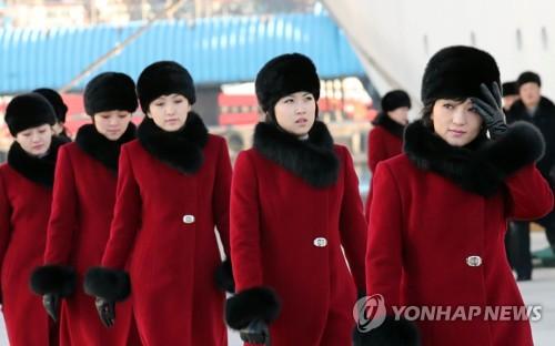 万景峰92号から下船した赤のコートに黒の帽子とマフラー姿の団員たち=7日、東海(聯合ニュース)