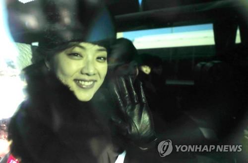 公演会場に向かうためバスに乗り、明るい表情を見せる団員=7日、東海(聯合ニュース)