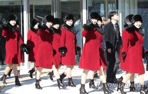 午前の練習を終えて江陵アートセンターを出る北朝鮮芸術団の女性たち。明るい表情で手を振る姿もあった=7日、江陵(聯合ニュース)