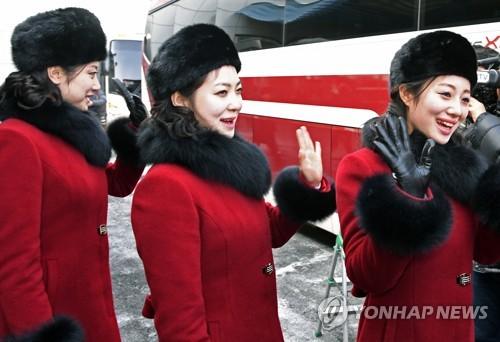 報道陣に手を振ってあいさつする応援団=7日、坡州(写真共同取材団=聯合ニュース)