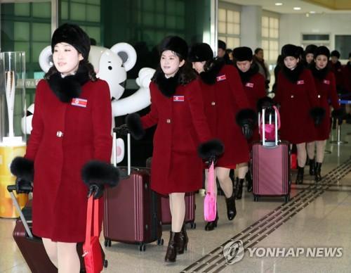 韓国に入る北朝鮮応援団の女性=7日、坡州(写真共同取材団=聯合ニュース)