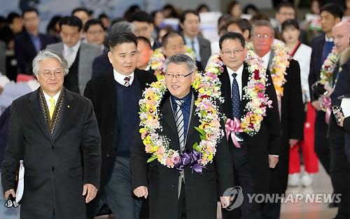金浦空港に到着した李総裁(中央)=7日、ソウル(聯合ニュース)