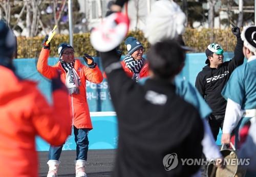 入村式で韓国民謡に合わせて踊る日本選手団の関係者=7日、江陵(聯合ニュース)