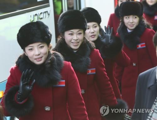宿泊先のホテルに到着した北朝鮮の応援団一行=7日、麟蹄(聯合ニュース)