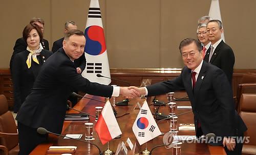 握手を交わす文大統領(右)とドゥダ大統領=8日、ソウル(聯合ニュース)