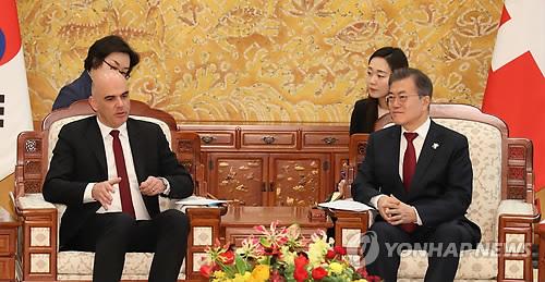 会談を行う文在寅大統領(右)とベルセ大統領=8日、ソウル??(聯合ニュース)