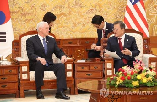 ペンス副大統領(左)と会談する文大統領=8日、ソウル(聯合ニュース)