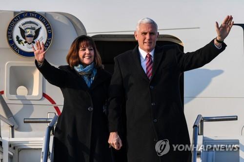 韓国に到着したペンス米副大統領夫妻=8日、平沢(聯合ニュース)