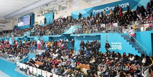大勢の観客で埋まった江陵カーリングセンター=9日、江陵(聯合ニュース)