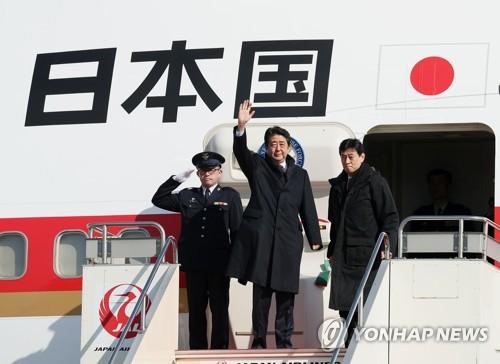 襄陽国際空港に到着した安倍首相(中央)=(聯合ニュース)