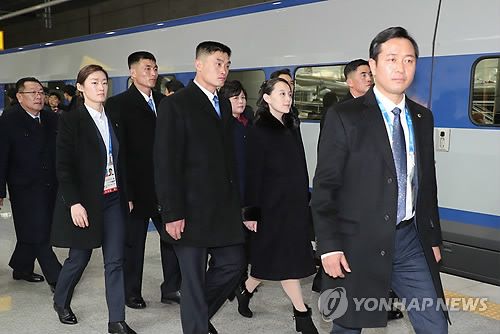 KTXに乗り込む北朝鮮代表団=9日、仁川(聯合ニュース)