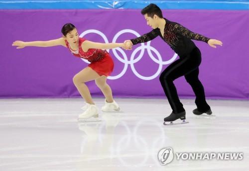 演技を披露する金(左)と甘=9日、江陵(聯合ニュース)
