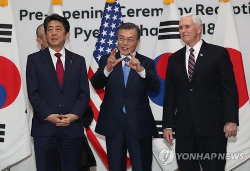 レセプションで記念撮影する(左から)安倍首相、文大統領、ペンス副大統領=9日、平昌(聯合ニュース)