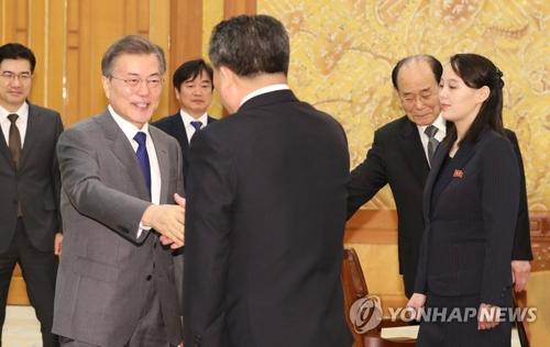 北朝鮮代表団と握手を交わす文大統領(左端)。右端が金与正氏=10日、ソウル(聯合ニュース)