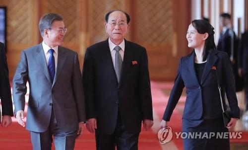 笑顔で昼食会に向かう(左から)文大統領、金永南氏、金与正氏=10日、ソウル(聯合ニュース)