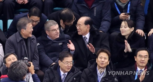 観客席に並んで座り、笑顔で言葉を交わす(左から)文大統領、バッハ会長、金永南氏、金与正氏=10日、江陵(聯合ニュース)
