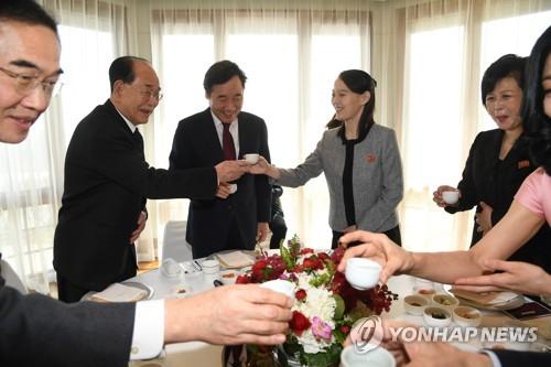昼食会で乾杯する(奥、右から)金与正氏、李首相、金永南氏(国務総理室提供)=11日、ソウル(聯合ニュース)