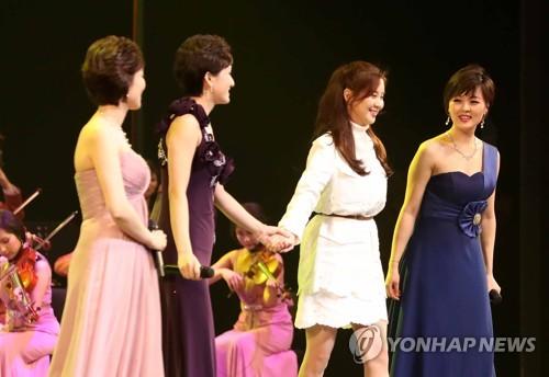 共演を行う北朝鮮芸術団とソヒョン(右端から2人目)=11日、ソウル(聯合ニュース)