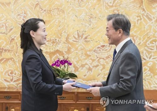 文大統領(右)に金委員長の親書を手渡す金与正氏=10日、ソウル(聯合ニュース)