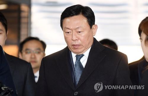 出廷する韓国ロッテグループ会長の辛東彬被告=13日、ソウル(聯合ニュース)