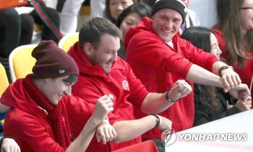 江陵カーリングセンターで「江南スタイル」に合わせて踊る観客たち=13日、江陵(聯合ニュース)