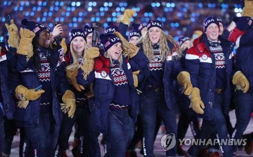 開会式で「江南スタイル」に合わせて入場する米国選手団=(聯合ニュース)