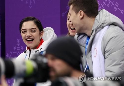 フィギュアスケート会場で笑顔を見せるメドベージェワ=(聯合ニュース)