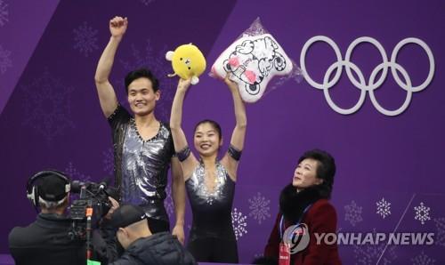 競技後、観客にあいさつするリョム(右)とキム=14日、江陵(聯合ニュース)