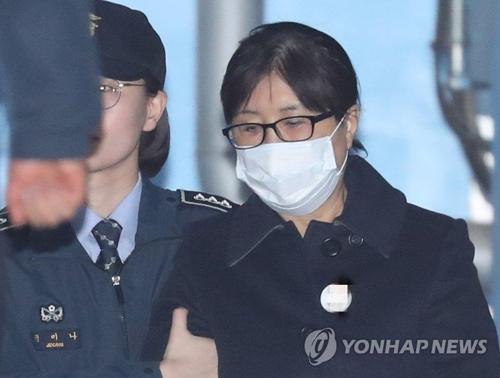 懲役20年の判決を受け退廷する崔順実被告=13日、ソウル(聯合ニュース)