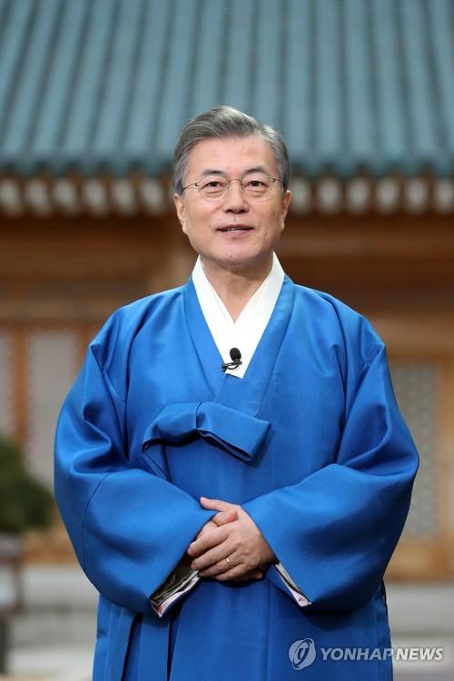 韓服(韓国伝統衣装)を着てあいさつする文大統領(青瓦台提供)=15日、ソウル(聯合ニュース)
