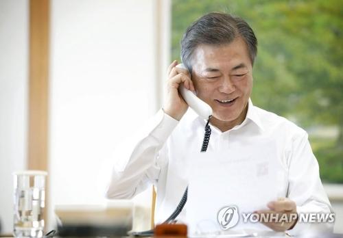 市民と電話で話す文大統領(青瓦台提供)=15日、ソウル(聯合ニュース)