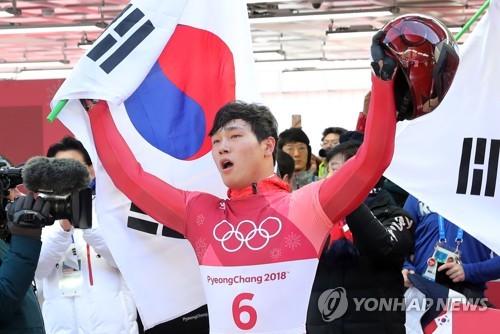 金メダル獲得を決めガッツポーズする尹誠彬=16日、平昌 (聯合ニュース)