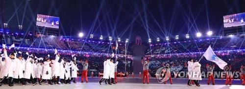 朝鮮半島旗を手に合同入場する南北選手団=(聯合ニュース)