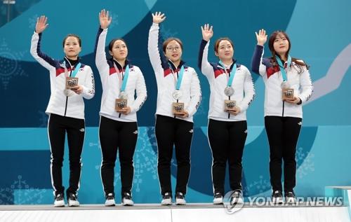 表彰台に立つ韓国代表=23日、江陵(聯合ニュース)