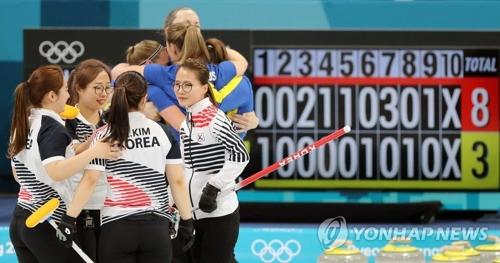 アジア勢初の銀メダルを獲得したカーリング女子の韓国代表=(聯合ニュース)