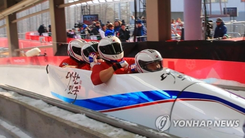 銀メダルを獲得したボブスレー男子4人乗りの韓国代表=(聯合ニュース)