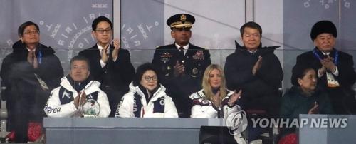 平昌五輪閉会式に出席した文大統領(前列左端)と金英哲氏(後列右端)=25日、平昌(聯合ニュース)