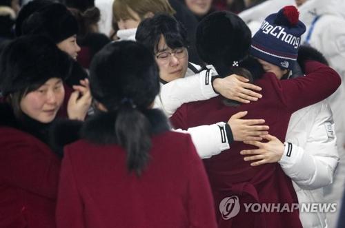 抱き合って別れを告げる合同チームの選手たち=26日、江陵(聯合ニュース)