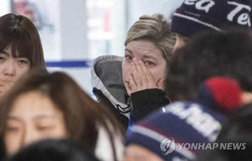 涙をぬぐうマリー監督=26日、江陵(聯合ニュース)