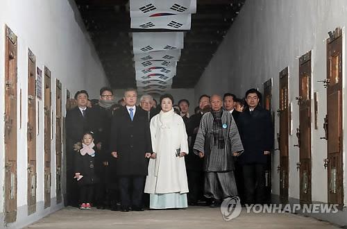 式典会場に向かう文大統領(手前左)=1日、ソウル(聯合ニュース)
