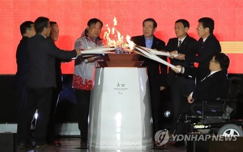 一つにされる平昌パラリンピックの聖火=3日、ソウル(聯合ニュース)