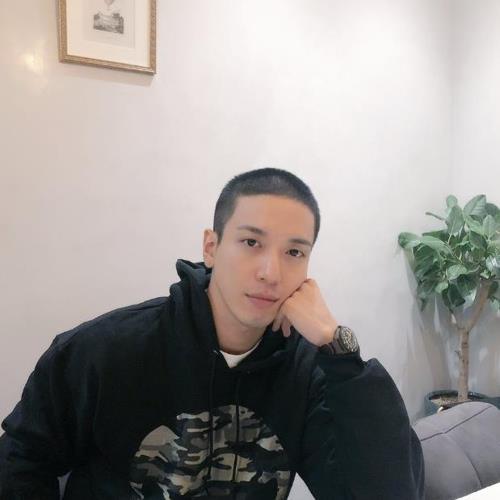 入隊のため髪を短く切り、その写真を公開した(ジョンさんのツイッターから)=(聯合ニュース)