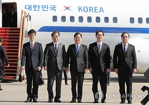 ソウル空港を出発する鄭氏(中央)らの特使団=5日、城南(聯合ニュース)