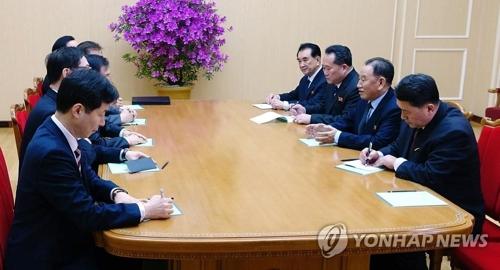 北朝鮮の金英哲(キム・ヨンチョル)党副委員長兼統一戦線部長らと面会する韓国特使団(左列、青瓦台提供)=聯合ニュース