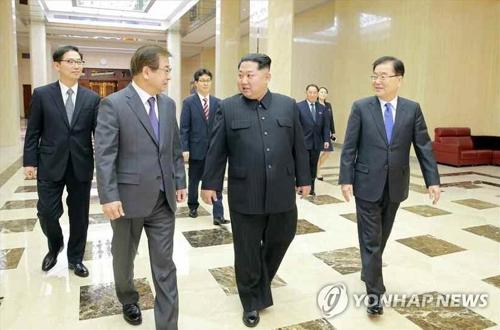 会話する金委員長(中央)と特使団=6日、ソウル(朝鮮中央通信=聯合ニュース)